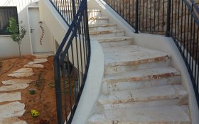 מדרגות ירידה לבית
