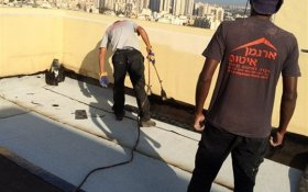 ביצוע איטום לגג בניין יריעות ביטומניות