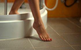 Leg,Girl,A,Walking,In,Bathroom